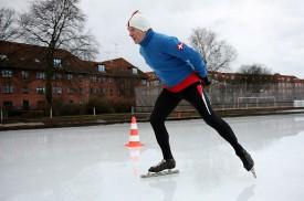 Kurt Stille afprøver genforeningspladsens skøjtebane.